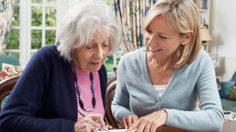 Mutter und Tochter beantragen gemeinsam einen Antrag auf Pflegebedürftigkeit