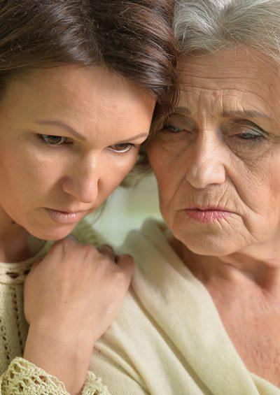 Wenn die Pflegebedürftigkeit nicht anerkannt wird - Mutter und Tochter steht die Enttäuschung ins Gesicht geschrieben