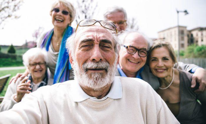 Wohnen im Alter - Gruppe von Senioren beim Selfie-Schießen