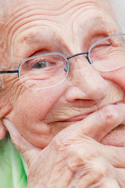 Schmunzelnde ältere Frau - Positiv denken - 8 Tipps für mehr Optimismus im Alltag