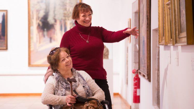Zwei ältere Damen auf Entdeckungstour im Museum