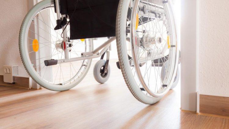 Optimaler Wohnraum - Rollstuhl fährt durch Zimmertür