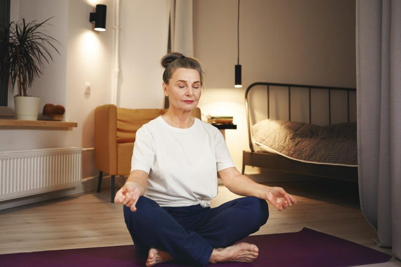 Optimaler Wohnraum - Frau am meditieren