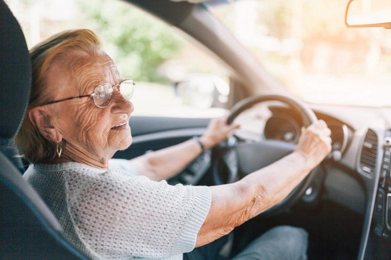 Oma fährt mit dem Auto