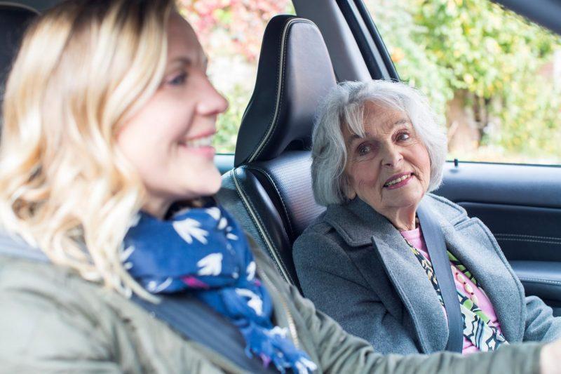 Oma und Tochter sitzen im Auto