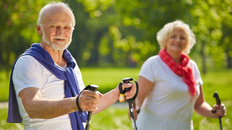 Ehepaaar beim gemeinsamen Sporttreiben bei schönem Frühlingswetter