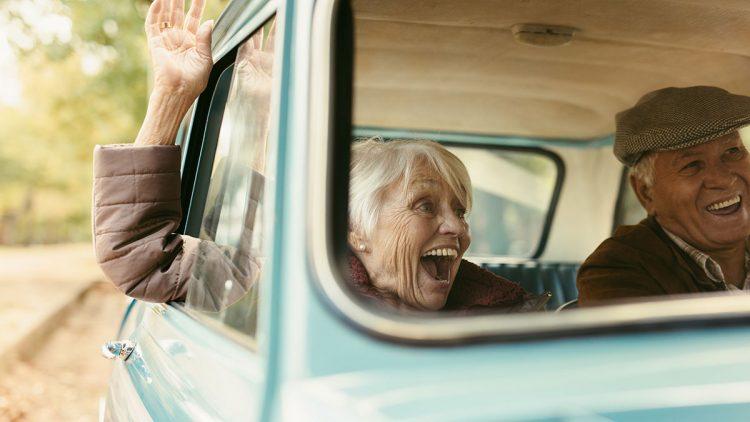 Besonders Senioren auf dem Land sind auf das Auto angewiesen - Ältere Frau und ältere Mann unternehmen gemeinsam eine Spritztour ins Grüne
