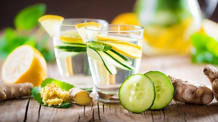 Heilfasten als Auszeit für Körper und Geist - Zwei Wassergläser mit Gurken und Ingwer