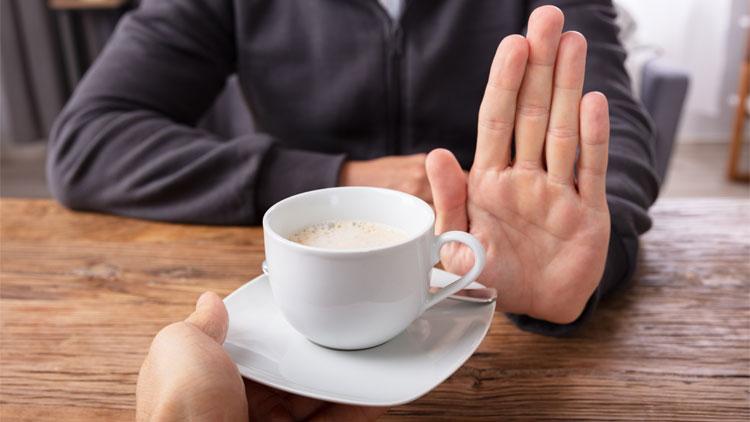 Hilfmittel gegen Blasenschwäche - Mann lehnt die angebotene Tasse Kaffee ab