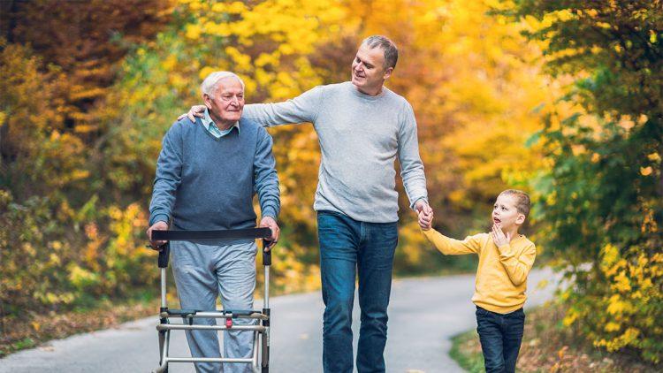 Leben mit Demenz - Gemeinsamer Spaziergang von Vater, Sohn und Enkel