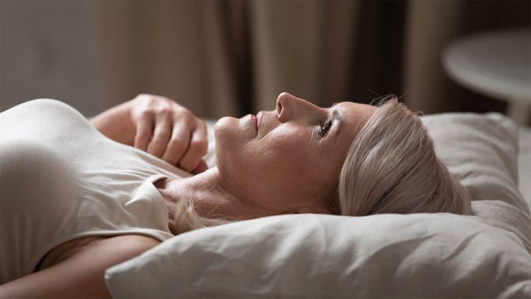 Leben mit Lärm - Frau im Bett