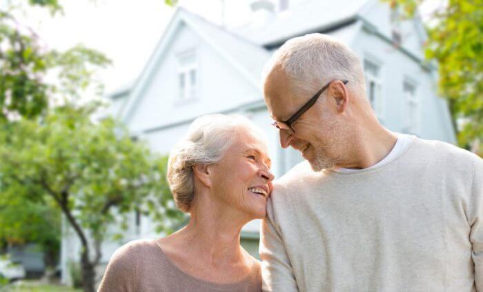 Barrierefreies Wohnen - Frau und Mann vor einem Haus