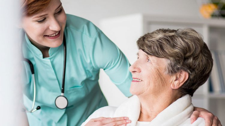 Ein Termin mit dem MDK sollte gut vorbereitet sein - Ärztin im Gespräch mit pflegebedürftiger älterer Frau