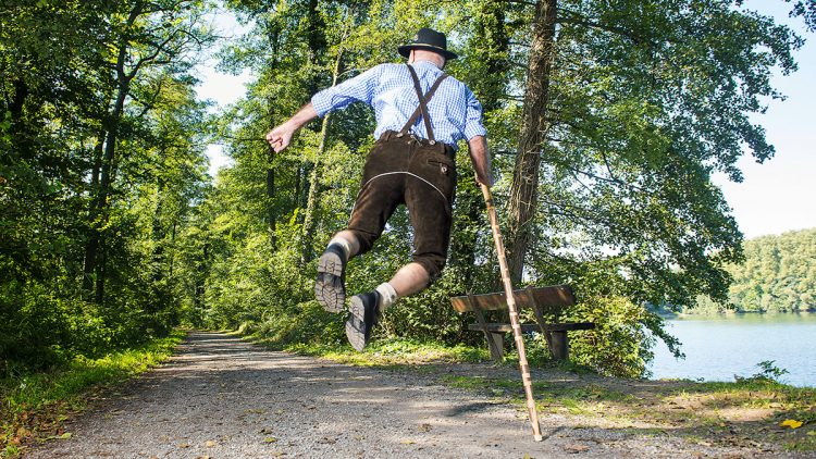 Mobil im Alter - Älter Wandersmann hüpfend mit Stock