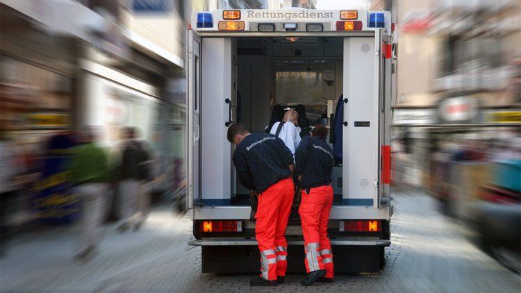 Gut, wenn man einen Plan B in der Tasche hat - Rettungsdienst beim Verladen einer Trage in den Einsatzwagen