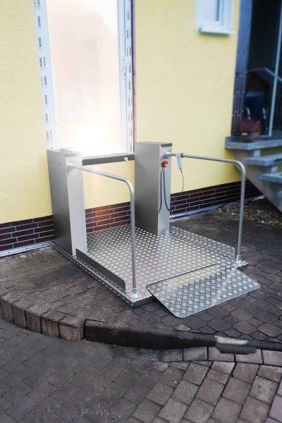 Rollstuhl-Hebebuehne SANIMED 1100 mit Geländer