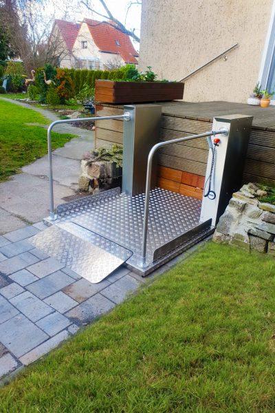 Rollstuhl-Hebebuehne SANIMED 1100 mit Geländer im Aussenbereich