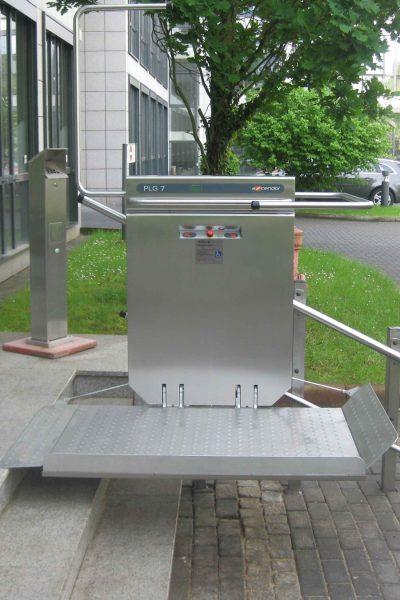 Rollstuhl-Plattformlift PLG7 im Aussenbereich in Aufwaertsfahrt