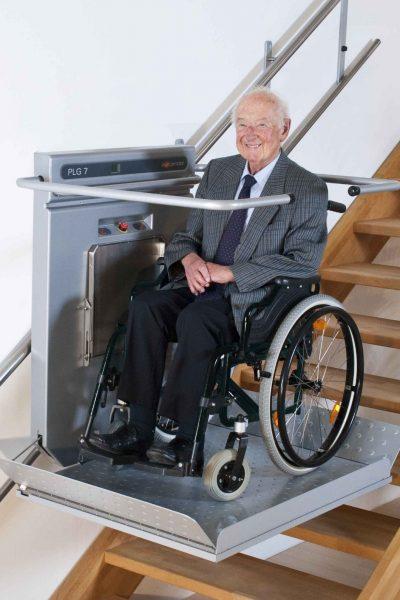 Rollstuhl-Plattformliftes PLG7 mit Rollstuhlfahrer