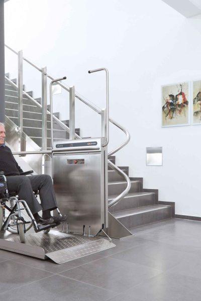Befahren der Plattform eines Rollstuhl-Plattformliftes PLK8 mit Rollstuhl