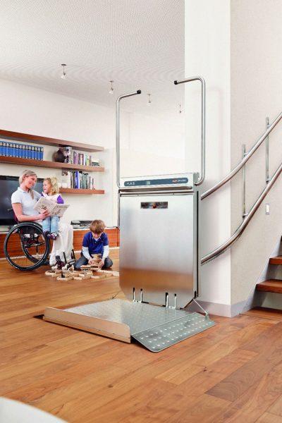 Rollstuhl-Plattformlift PLK8 im Innenbereich mit Familie