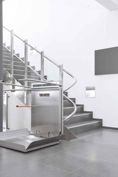 Rollstuhl-Plattformlift PLK8 im Innenbereich eines Treppenhauses