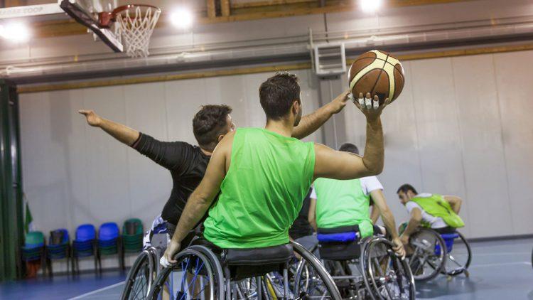 Rollstuhlsport Basketball - Junge Basketballer im Rollstuhl beim Sport