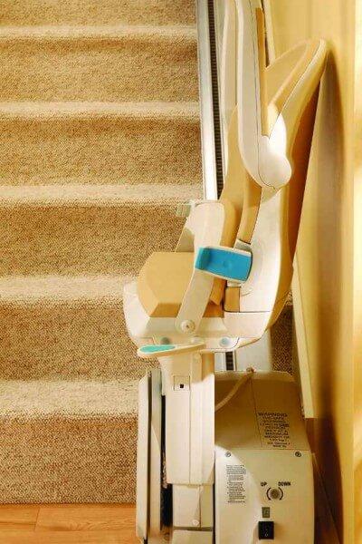 SANIMED 10 plus Treppenlift für gerade Treppen zusammengeklappt in Parkposition, Seitenansicht