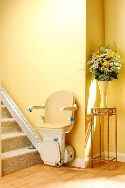 SANIMED 10 plus Treppenlift für gerade Treppen in Startposition mit runtergeklappten Armlehnen