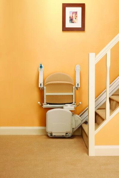 SANIMED 10 günstiger Treppenlift für gerade Treppen, zusammengeklappt