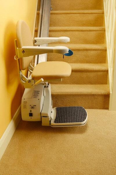 SANIMED 10 billiger Treppenlift für gerade Treppen fahrbereit am Treppenanfang
