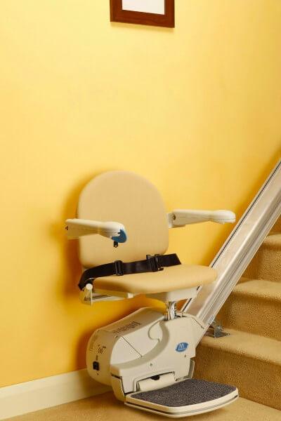 SANIMED 10 Treppenlift für gerade Treppen mit Sicherheitsgurt - Frontansicht