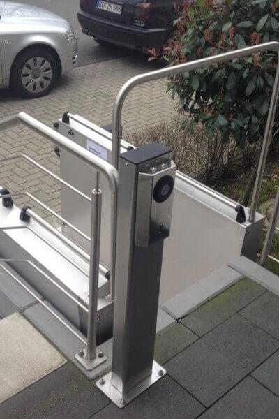 Günstige Rollstuhlhebebühne für draußen, Hochgefahren