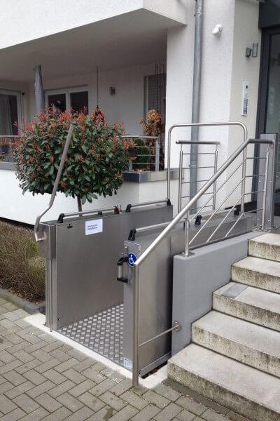 Günstige Rollstuhlhebebühne für draußen, Einbaubeispiel