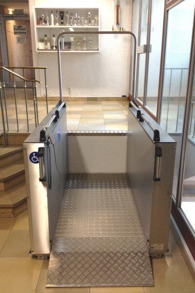 Hublift für Rollstühle im Innenbereich Treppe