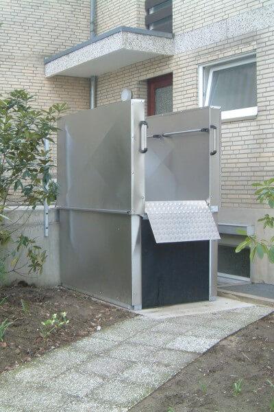 Hebebühne für Rollstuhlfahrer im Außenbereich auch für Elektrorollstühle