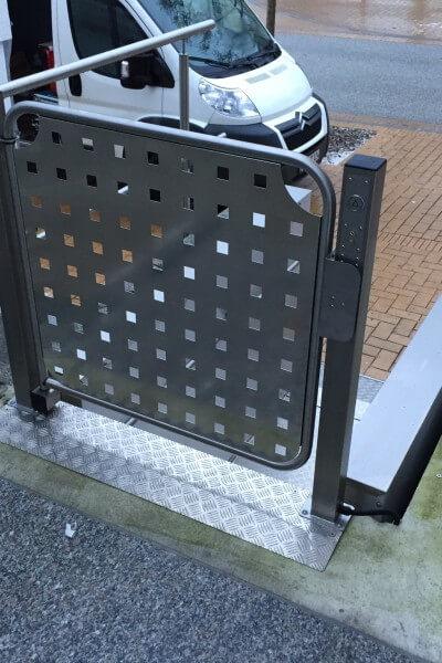 Rollstuhlhebebühne im Außenbereich runtergefahren