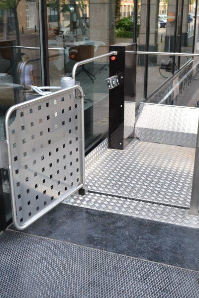 Rollstuhl Hebebühne Außenbereich Tor offen