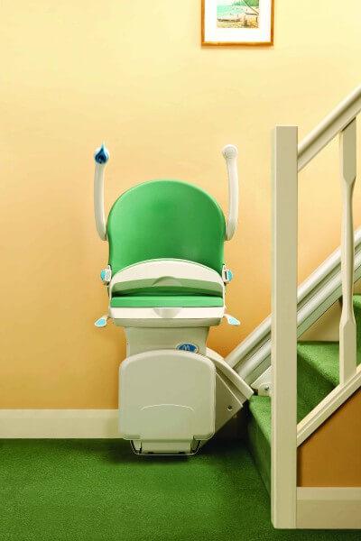 SANIMED 20 grün Treppenlift für gerade Treppen zusammengeklappt, Frontansicht
