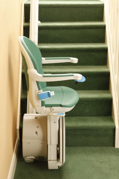 SANIMED 20 Treppenlift für gerade Treppen mit hochgeklappter Fußbank, Seitenansicht