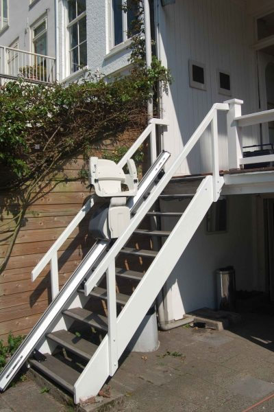 Treppenlift SANIMED 30 Outdoor in zusammengeklappter Aufwaehrtsfahrt im Außenbereich