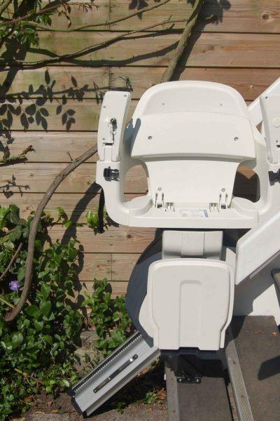 Treppenlift SANIMED 30 Outdoor in zusammengeklappter Frontansicht im Außenbereich
