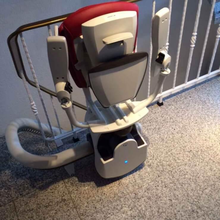 Sitzlift für kurvige Treppen zusammengeklappt, Front, Einbaubeispiel