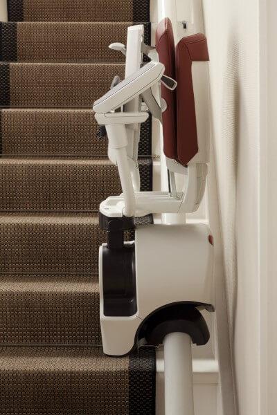 Zusammengeklappter Sitzlift für schmale, kurvige Treppen