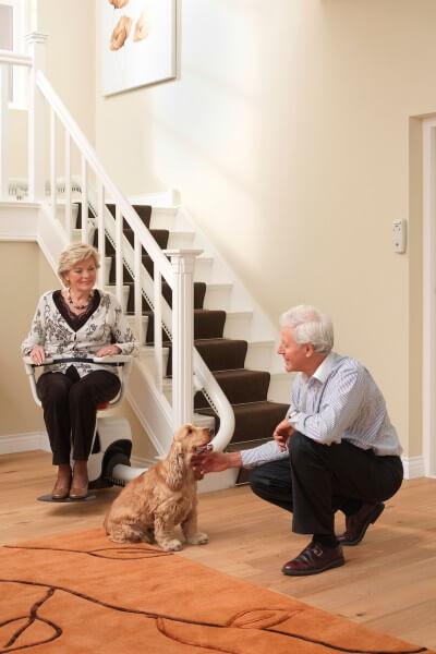 Treppenlifter für kurvige, schmale Treppen mit Personen