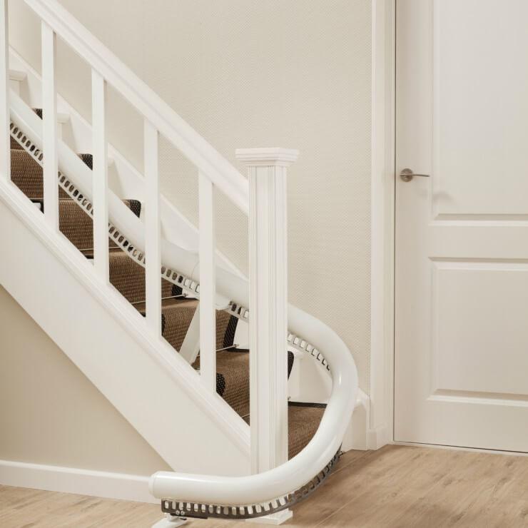 Treppenlift für kurvige Treppen, Schienensystem unten mit Parkkurve, SANIMED 70