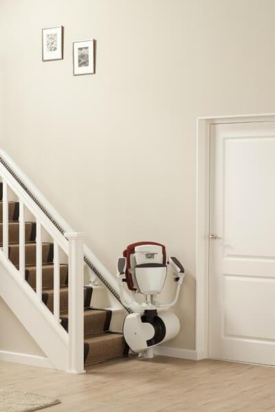 Sitzlift für kurvige Treppen, Treppenlift zusammengeklappt am Treppenanfang