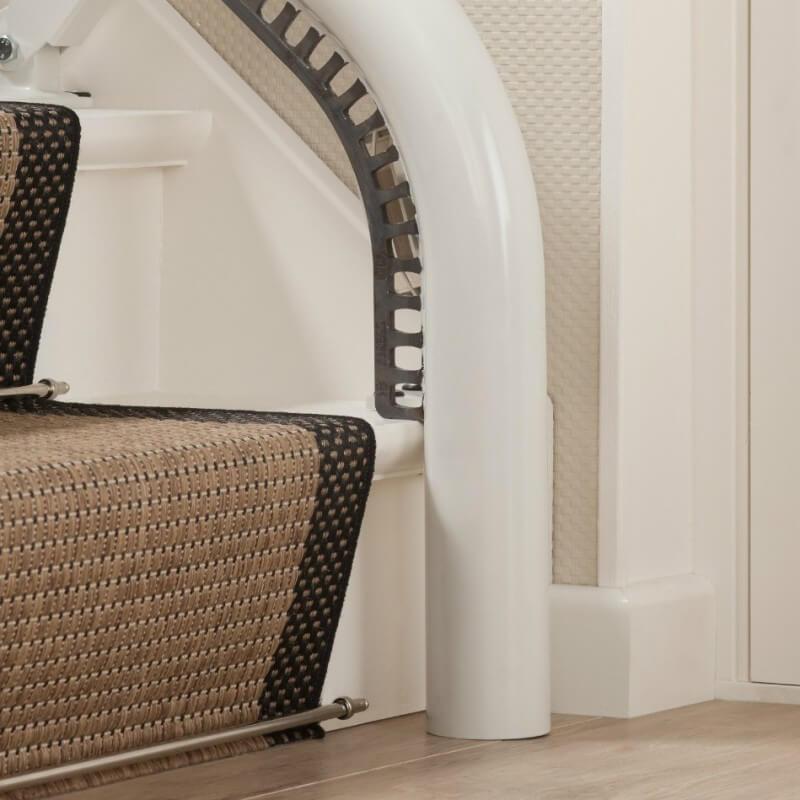 Treppenlift für kurvige Treppen, Schienensystem mit Steilstart, detail