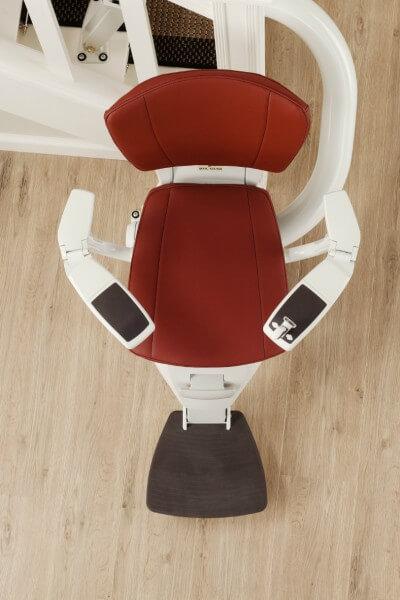 Sitzlift für kurvige Treppen aus der Vogelperspektive mit gebogenen Armlehnen