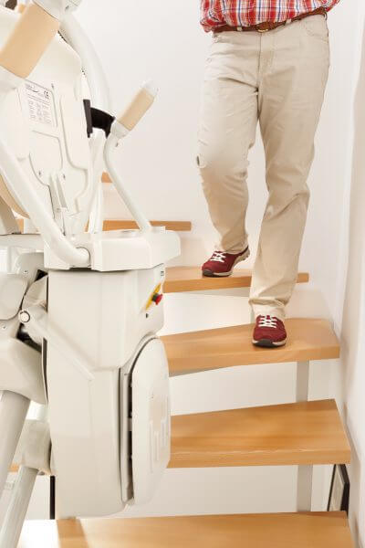Treppenlift für kurvige Treppen, Aufwärtsfahrt zusammengeklappt